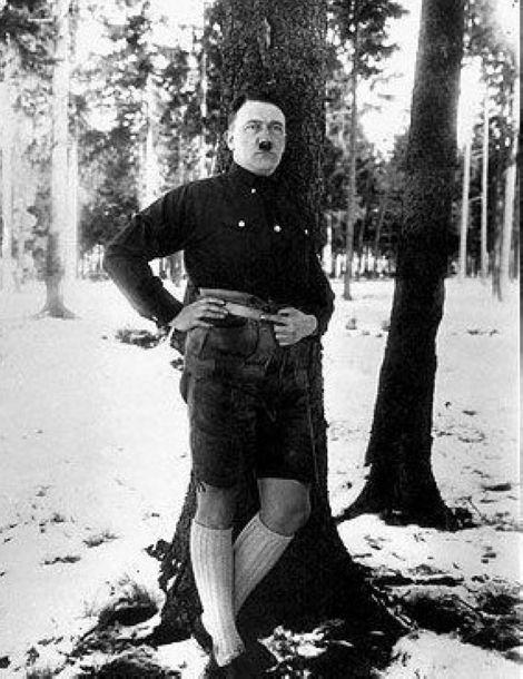 的几张罕见黑白照片公之于众.中一张是他在树林中野营时,穿着短图片