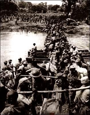 中国远征军渡河进入缅甸境内。