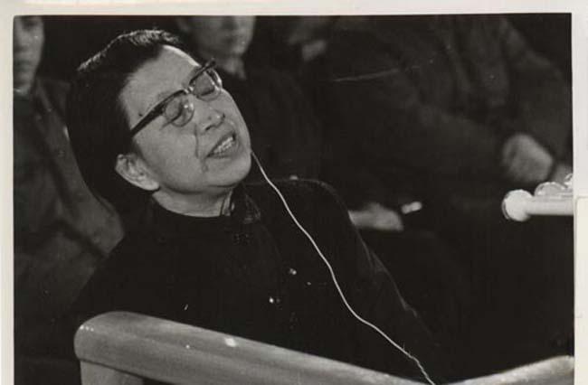 """特别法庭第一审判庭1980年11月26日开庭,对1974年10月""""四人帮""""策划到长沙向毛泽东主席诬告周恩来、邓小平的主谋江青进行庭审调查。以下是开庭审问江青时的历史照片。(来源:凤凰网历史)"""
