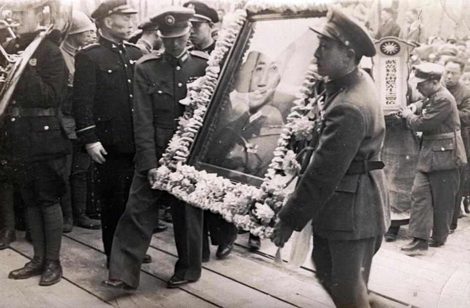 1946年3月17日,国民党情报机构最高负责人戴笠因飞机失事遇难。图为戴笠将军葬礼。(图片来源:凤凰网历史)