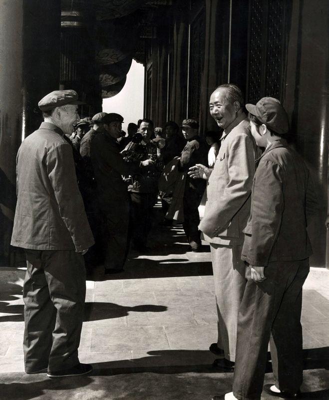 1970年10月1日是新中国建立后的第21个国庆,在前一年,中共九大召开,确立了林彪副统帅和接班人的地位。1970年国庆是新中国70年代的第一个国庆,美国记者埃德加·斯诺也参加了此次国庆。(来源:凤凰网历史)图为1970年国庆上,毛泽东在张玉凤的陪同下与林彪在天安门城楼交谈甚欢。