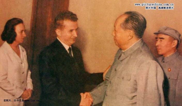 """""""九一三事件""""之前,毛泽东最后一次和林彪见面,是在1971年6月3日。罗马尼亚共产党总书记齐奥塞斯库率领党代表团访华。毛泽东、林彪、周恩来、康生等人在人民大会堂118室与他们举行了会谈。(文字来源:文汇读书周报)图为1971年6月3日毛泽东在人民大会堂会见罗马尼亚领导人齐奥塞斯库,林彪陪同。(来源:照片中国的凤凰博报)"""