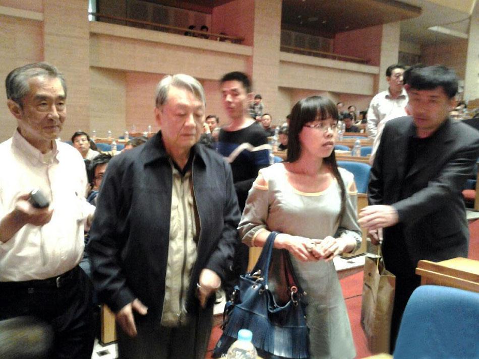 毛远新生于1941年2月,比毛泽东和江青的女儿李讷仅小6个月,是毛泽民和朱旦华的小儿子,建国后一直跟随毛泽东生活在北京中南海,毛泽东在各方面都很关心他这个侄儿,犹如父子一般,可以无话不谈。李讷是毛泽东与江青的女儿,1940年出生于延安,毛泽东47岁时生她,格外疼爱,李讷是毛泽东家中唯一在父亲母亲身边度过童年、少年和青年的孩子。北大历史系毕业,退休前在北京市委工作。本组图为毛远新与李讷近期活动照。(来源:凤凰网历史)图为2013年5月5日,毛远新出席在山东举行的纪念毛泽东诞辰120周年红歌会。