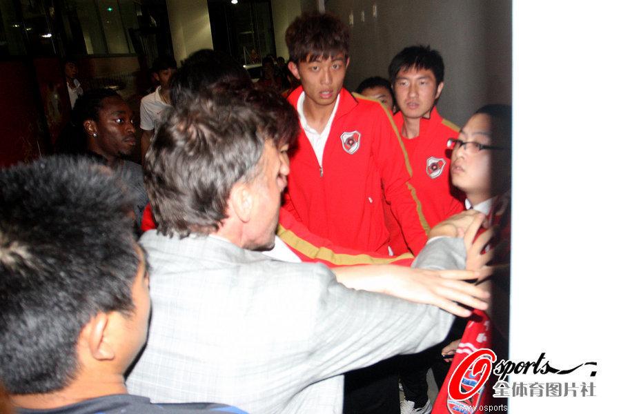 2012年4月7日,2012年中甲联赛第4轮,深圳红钻4-2战胜重庆FC,虽然特鲁西埃带队取得胜利,但是球迷好像并不买账,赛后与特帅发生冲突。