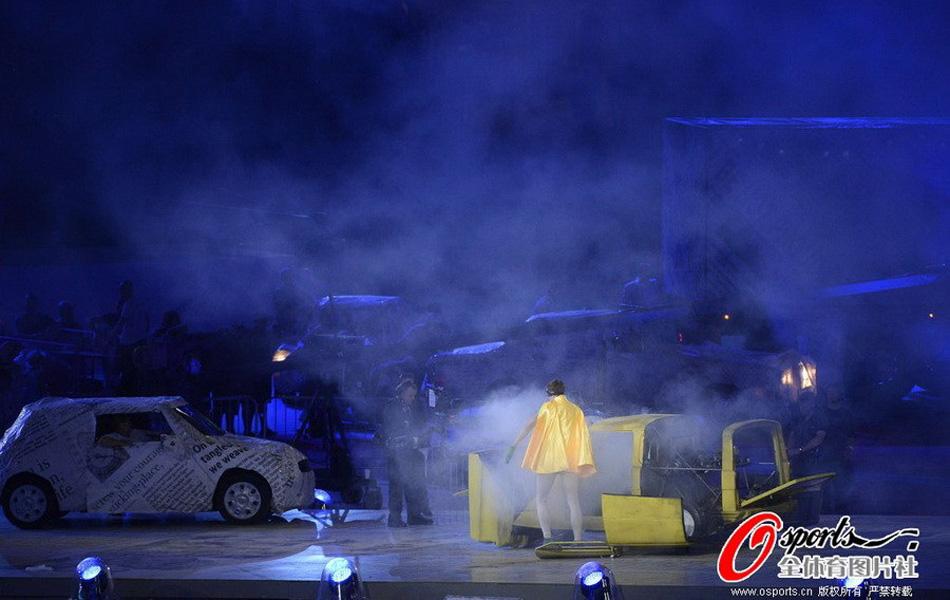 一辆黄色三轮车出现在观众的视野中,但随之而来的确实汽车的爆炸,两个人迅速摆脱冒烟的汽车,夺门而出。这一桥段是也代表着老电影中的一句台词:我只是想炸掉着该死的车门。这也是伦敦交通拥堵的真实写照。