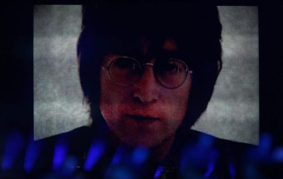 利物浦合唱团的歌手演唱约翰·列侬1971年作品《想象》,约翰·列侬弹唱音乐的形象出现在大屏幕上,现场掌声雷动。