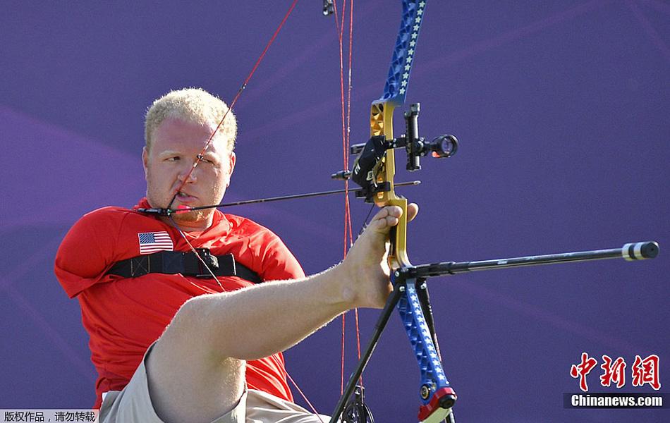 参赛选手用脚射箭震撼人心马术拓展图片