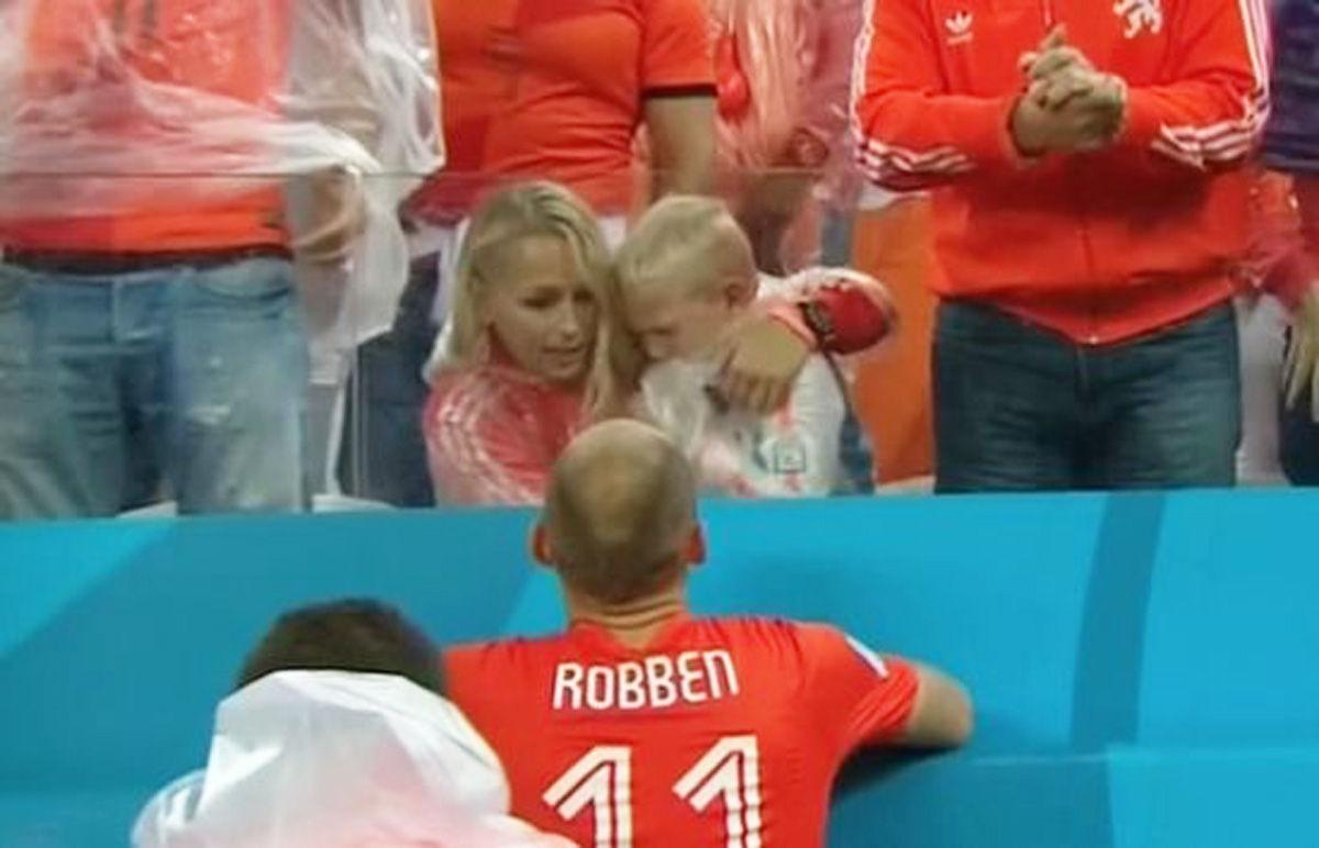 """荷兰悲情出局留感人一幕,小罗本场边哭成泪人,罗本安慰着自己的儿子,""""小罗本别哭 爸爸在这呢。""""罗本似乎说着这样的话。他扛起了队伍进攻的大旗,担当了一名队长的责任,忍住落泪,他也要尽其一名父亲的担当。"""