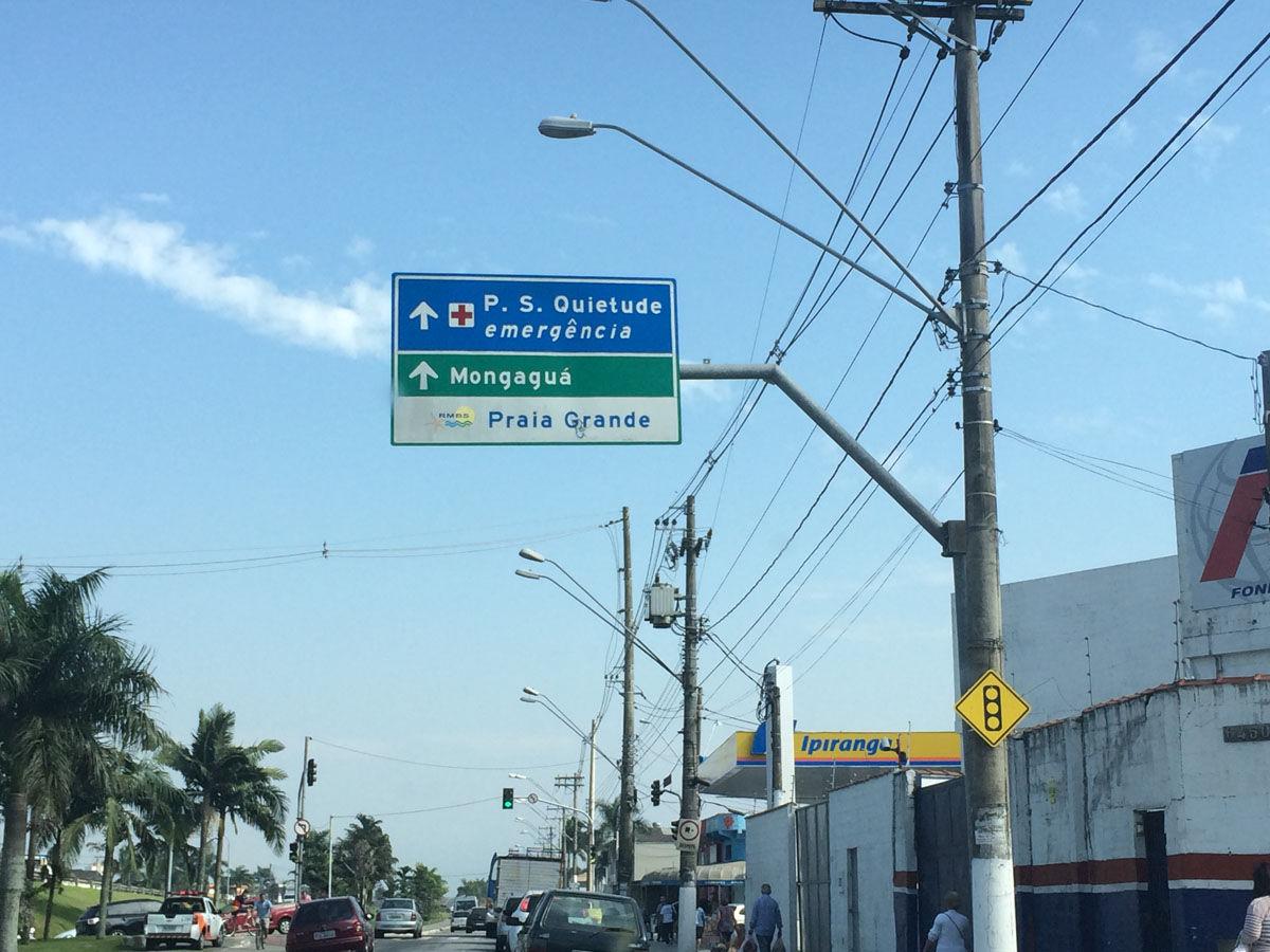 圣保罗州的大普拉亚(Praia Grande)是住着28万人口,多年来充斥着抢劫、吸毒和谋杀。内马尔小时候在这里住了9年,但最终像他一样能战胜生活的幸运儿只是少数。他的一位铁杆哥们曾因为在训练场上卖毒品而进了监狱。在很长的一段时间里,内马尔都对外界宣称自己生长于桑托斯,而避谈大普拉亚和圣文森特(他出生的地方)。世界杯期间,凤凰体育独家探访了这个当红小生成长过的地方,试图找寻他昔日生活过的痕迹。 凤凰体育特派记者陈清扬 发自巴西大普拉亚