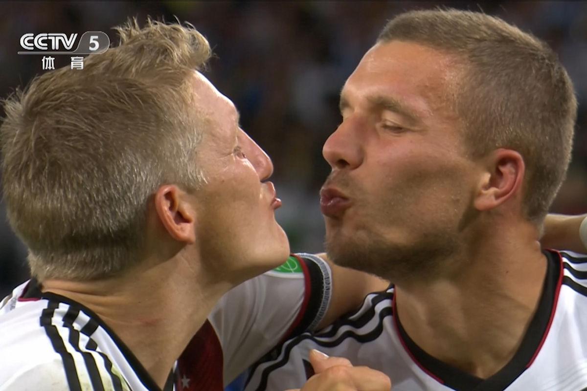 2014年7月14日,德国加时1-0阿根廷,时隔24年再夺冠。德国两悍将小猪与波多尔斯基当全世界面玩亲亲。