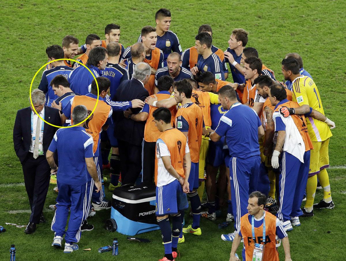 2014巴西世界杯决赛,德国与阿根廷争夺冠军。加时赛前,阿根廷主帅布置战术,全队围拢成一圈认真听从,梅西听完提前走开了。有一种东西,梅西和马拉多纳却相差甚远,那就是王者的气质。这是一种精神上的力量,也许看不见摸不着,但在关键时刻,却可能成为左右胜负的最重要因素。
