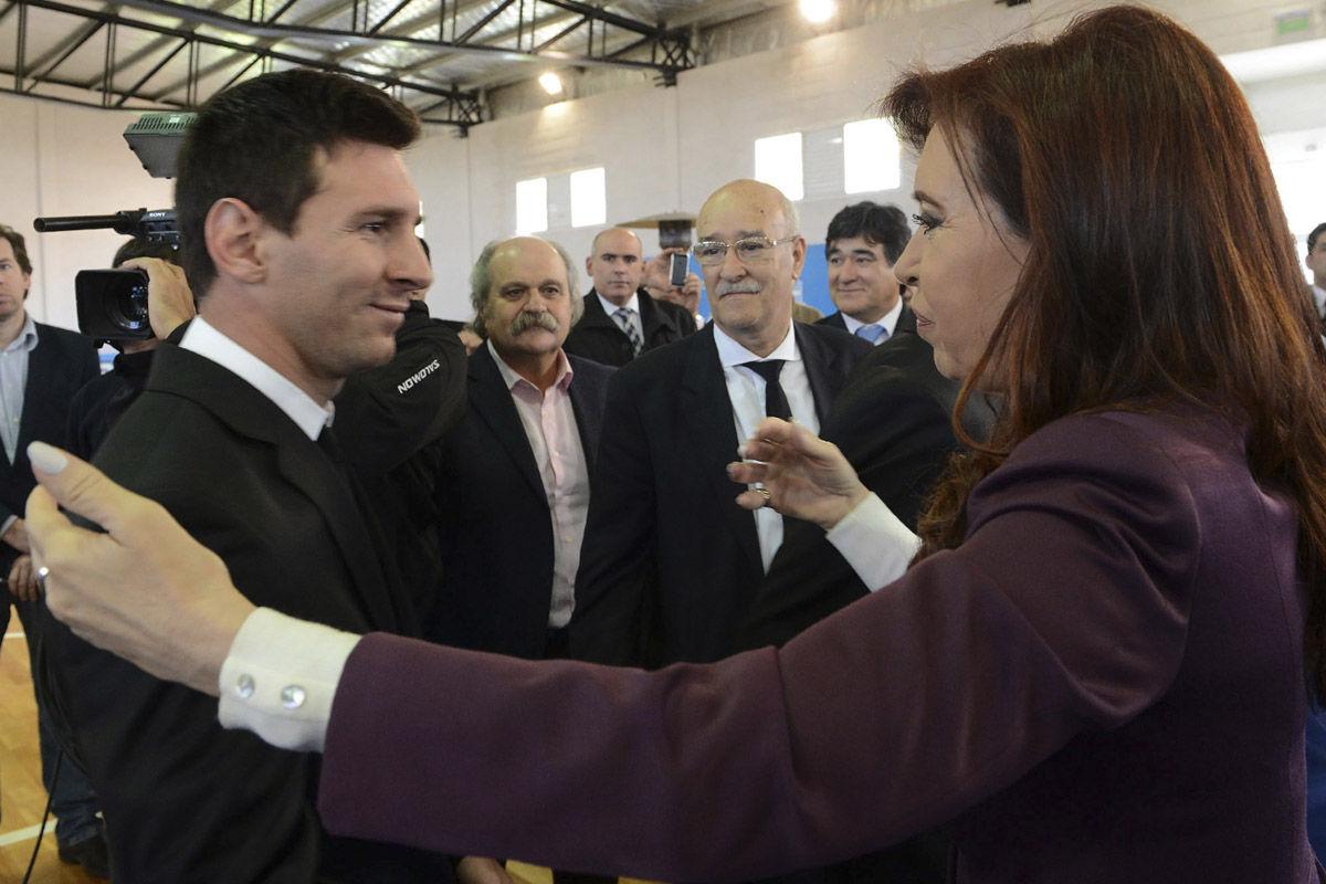 当地时间7月14日,世界杯亚军阿根廷国家队返回国内,在布宜诺斯艾利斯的街道上,热情的阿根廷球迷在道路两旁欢迎他们的英雄回国。随后,阿根廷国家队接受了总统克里斯蒂娜的接见,这位女总统也安慰了失意的梅西。