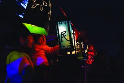 80个灯笼全部由大学生们手工制作而成,每个灯笼都有着丰富的内涵.
