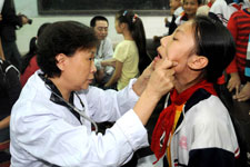 """""""母亲健康快车""""在重庆开县校园中为孩子们体检"""