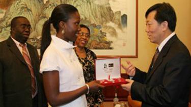 2009年,中国扶贫基金会常务副会长何道峰与几内亚比绍共和国总统女儿Andres Joao Romano Vieira互赠礼物
