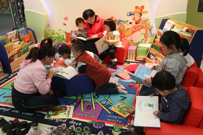 孩子们在绘本阅读室体验.