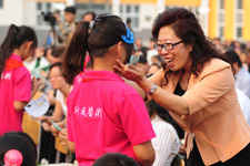 中国儿基会秘书长陈晓霞鼓励端村学校的学生