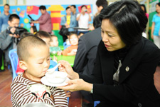 爱心团代表跟受助的孩子在一起