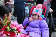 中国儿童少年基金会迎接小张倬来京接受康复治疗