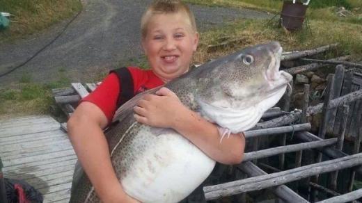 10岁少年与家人捕获巨大鳕鱼重达22公斤(图)
