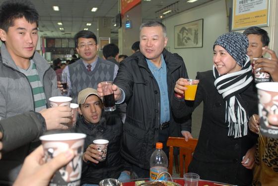 校领导慰问春节在岗工作人员并与留校学生共享团圆饭