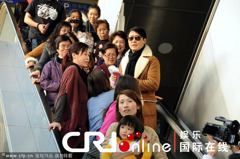 黎明 风衣/黎明回香港大黑超配风衣耍酷被师奶粉丝包围回绝红包