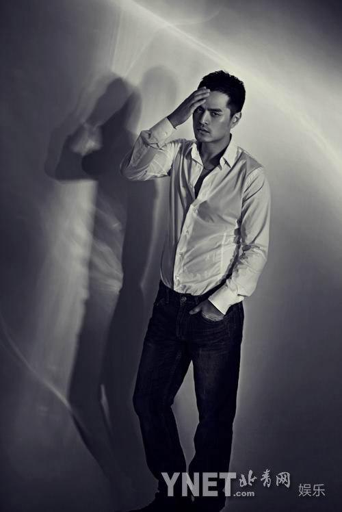 简单的黑白影调勾勒出都市男人的成熟,稳重的绅士魅力!