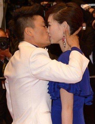 王宝强在戛纳红毯舌吻爱妻