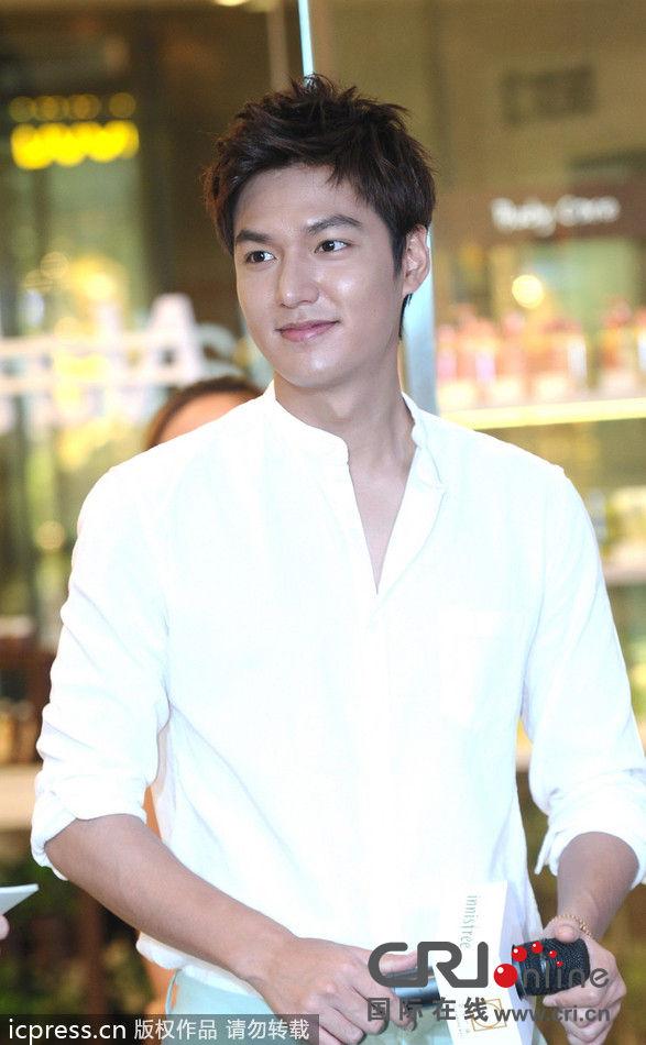 李敏镐白衬衫清爽亮相上海 留手模对人群比V心