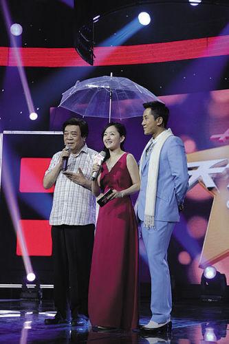 赵忠祥、杨钰莹和毛宁(右)在《天下无双》录制现场。