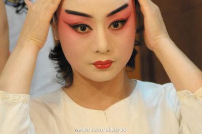 李胜素/李胜素在化妆。