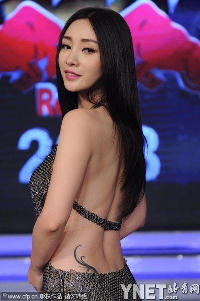 柳岩性感裙装亮相 风骚裸背秀腰部纹身