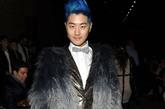 David-Yi皮草+西装+领结+蓝发的造型绅士又时尚,别具一格。