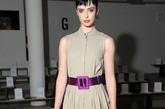 克里斯滕·蕊特(krysten ritter)一身高领修身群+紫红系身腰带,绑带紫色小高跟搭配一赫本式发型,复古气质浓郁。