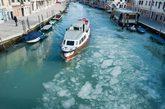"""北半球近日出现的极寒天气影响范围持续扩大,从亚洲的日韩到欧洲的英法,寒流正横扫欧亚大陆,至今已造成超过300人死亡。温暖的威尼斯水城也在寒潮中变成了""""冰城""""。"""