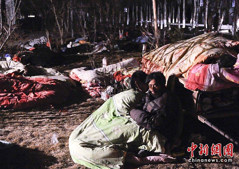 玉树/4月15日凌晨,青海玉树地震受灾民众在露天休息。