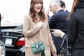 莉顿·梅斯特 (Leighton Meester)绿色裙呼应手提小包,一身贵妇样。