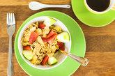 多嚼硬的食物。根据年龄不同,可适当补充一些硬的食物,如水果、甘蔗、生黄瓜等。这是因为较硬的食物要费劲去嚼,当咀嚼的次数增多或频率加快时,大脑的血流量明显增多,活化了大脑皮层,起到防止大脑老化和预防老年痴呆症的作用。