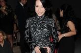 莫文蔚在米兰时装中以中国风抢眼亮相,Salvatore Ferragamo蕾丝旗袍裙奢华无比。