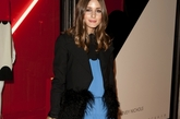 Olivia Palermo(奥利维亚-巴勒莫)的行头是越来越美丽,看她手中那个鳄鱼皮包包。粉蓝色的连衣裙,黑色高跟鞋配紧身丝袜,随意大方。