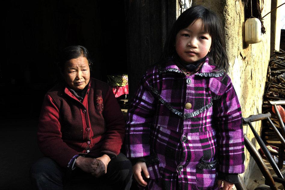 生活贫困母亲出走 山村孩子渴望母爱(高清大图)