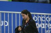 """当地时间2012年2月20日,英国伦敦,第18届跳水世界杯赛在伦敦奥林匹克公园水上运动中心开幕,昔日的""""跳水女皇""""郭晶晶出现在看台上,神态自若观看比赛,看台下还与前男队友互动拥抱。"""