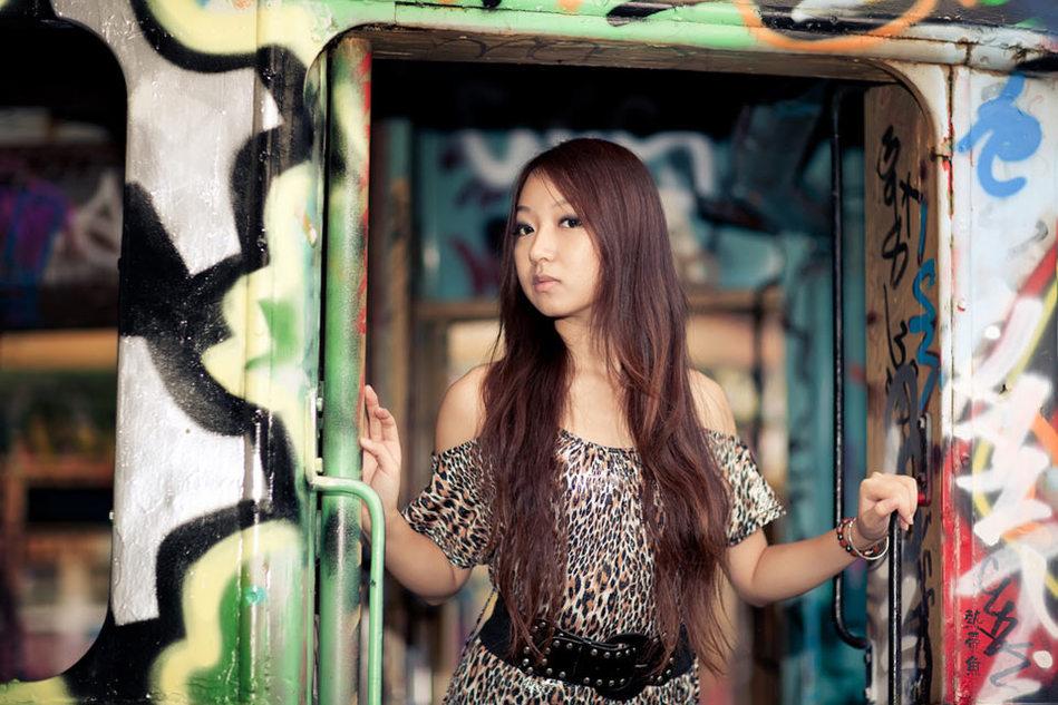 实拍在外国男厕里玩涂鸦的中国美女(组图)