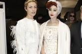范冰冰与克劳奇娇妻白裙媲美,范冰冰一身白色蕾丝装,西方古典范十足,额前的红发更是异国情调满满。