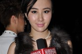 晶女郎孟瑶接受了凤凰时尚的独家专访,镜头前的她并没有选择与其他女性一样走性感路线,而是依旧以淳朴可爱的形象示人。