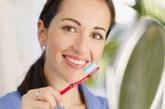 """1、刷牙持续3分钟。  韩国牙科界一直倡导""""3-3-3刷牙法"""",即每天刷牙3次以上、在饭后3分钟以内刷牙、每次刷牙3分钟以上。刷牙的基本原则是""""面面俱到"""",也就是说,牙齿的外面、里面、咬合面等各个角度都要考虑到。算下来,大约有80多个牙面需要清洁,这个工作量不算小。而一把牙刷在同一时间里只能刷到2—3颗牙齿,因此每次刷牙3分钟才能保证所有牙齿都刷干净。如果觉得刷牙的3分钟过程太过枯燥,不妨早晨听新闻,晚上听音乐,一边享受一边刷。另外,刷牙最好在饭后3分钟内进行,避免细菌在牙齿表面沉积,防止龋齿。其他时间用清水、盐水或漱口水即可。"""