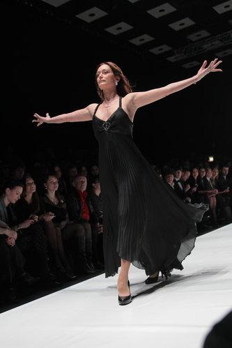 俄罗斯视频周走秀时装皮衣情趣T台流行成美女制服亮点军装间谍图片