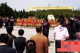 在陵园,前来祭祀或者瞻仰习老坐像的民众里,有八十高龄的老人,有幼儿园的孩童,有专程自驾的外乡朋友,也有特意组织的祭祀团体。