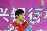 2012年全国游泳冠军赛暨伦敦奥运预选赛第六日争夺,最后一个比赛日,孙杨轻松地以14分42秒30夺取男子1500米自由泳金牌,本次比赛总计夺取四冠。张琳只以15分17秒97排在第六,郝运获得亚军。图为孙杨挥手致意。