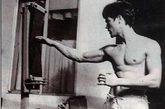 李小龙/一代功夫巨星李小龙用二指禅、一指禅做俯卧撑。(图片来源:...